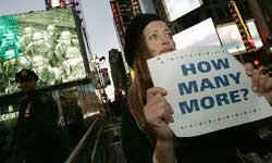 新兵招募站外 一美国反战民众手持抗议标语