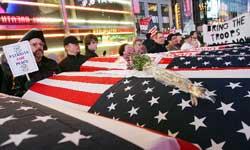 美反战民众站在模拟棺材旁进行抗议活动