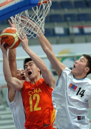 图文:中国男篮战胜蒙古