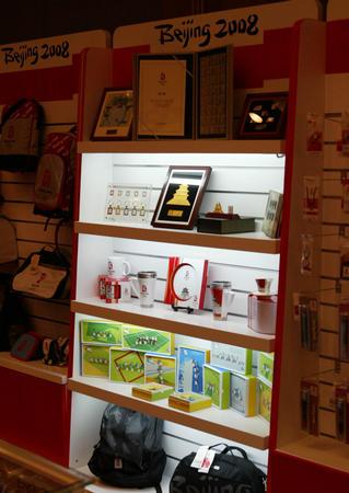 图文:北京奥运特许商品计划启动 商品在现场展示