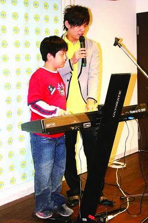周杰伦客串当老师 示范《升C小调夜曲》