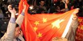 代表团成员挥动五星红旗