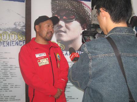 7+2登山探险队队长王勇峰在现场(组图)