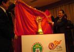 图文 :中超冠军杯捐赠仪式 奖杯高52公分