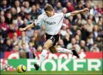 图文:利物浦客场2-0维拉 杰拉德起脚射门瞬间