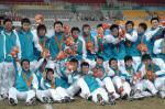 图文:东亚运中国男足夺冠 队员场上欢庆