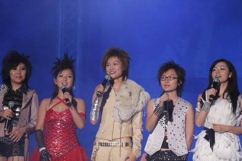 超女福州演唱会上演 张靓颖羽毛装亮相