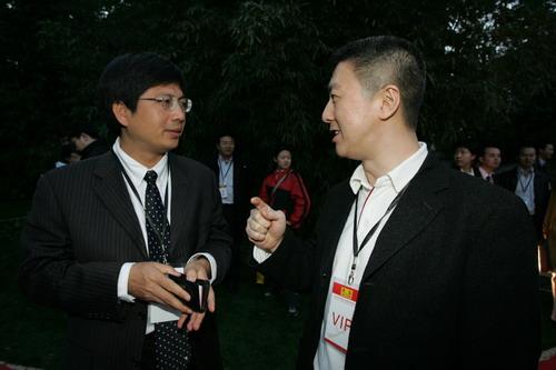 图文:搜狐公司原总裁古永锵与搜狐公司高级副总裁王建军交谈