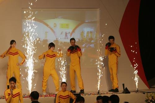 青年们在展示奥运会运动项目(组图)