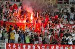 图文:东亚运中国男足夺冠 观众燃放烟花