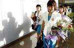 图文:东亚运中国代表团凯旋 游泳队员走出机场