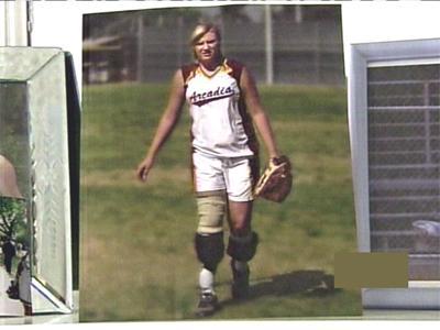 4个月之后,哈夫戴上了假腿,开始继续参加她热爱的垒球比赛.hk168公里越野赛图片