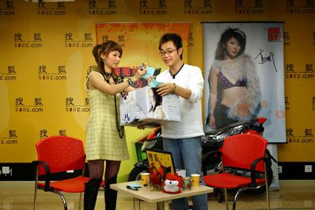 新人歌手高娜搜狐送摩托 解析男孩与男人区别