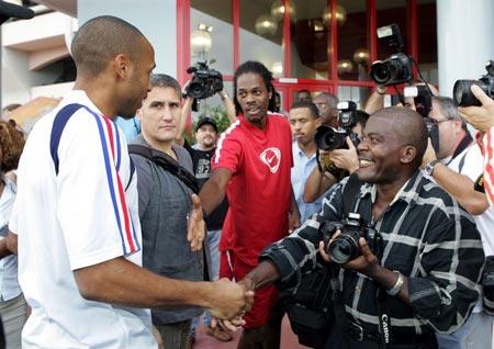 图文:法国备战德国世界杯 亨利友好对待球迷
