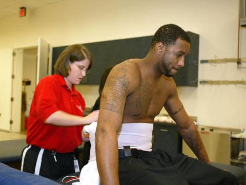图文:常规赛火箭VS魔术 医师帮麦蒂做腰部护理