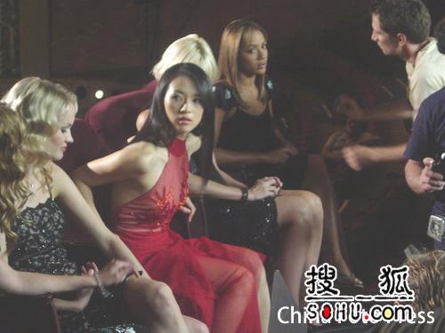 章子怡美国拍摄新广告 艳丽红装光彩照人(图)