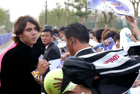 上海网球大师杯赛开幕 纳达尔为球迷签名