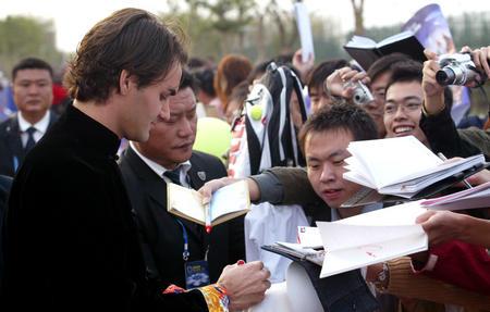 上海网球大师杯赛开幕 费德勒为球迷签名