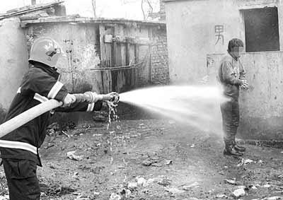消防队员给男子冲洗身上秽物 醉鬼小便站不稳掉便池 获救