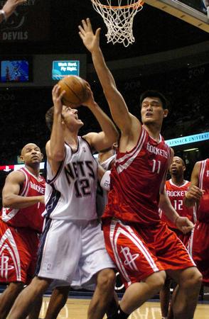 [体育](2)篮球�D�DNBA:火箭破网