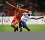 图文:友谊赛意大利胜荷兰 皮耶罗与克隆坎普争抢