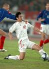 图文:中国0-2塞黑 李彦在比赛中带球突破