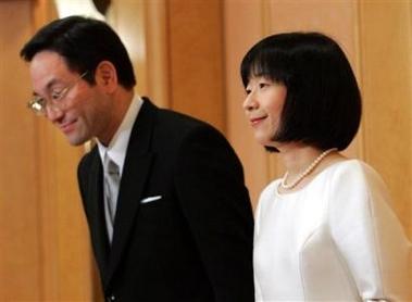 图文:日本纪宫公主与丈夫在记者招待会上