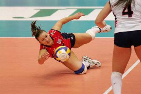 图文:中国女排不敌美国 美国队员倒地救球