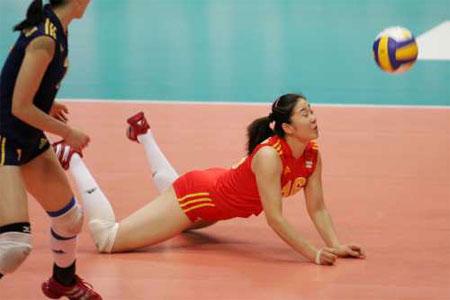 图文:中国女排不敌美国 张娜奋力救球