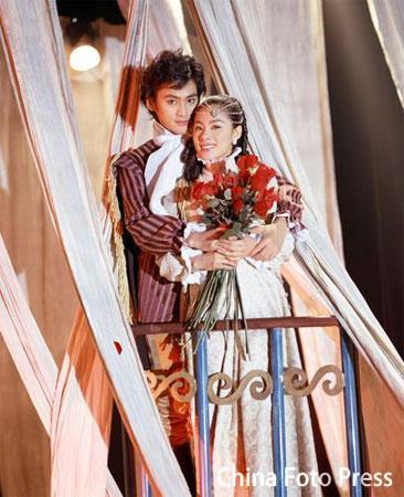 图文:《夜半歌声》刘璇友情客串 与男主角相拥