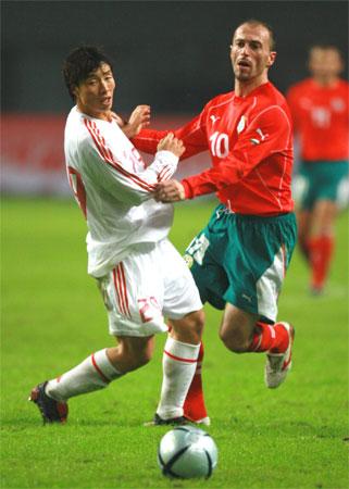 图文:国足战平保加利亚 陈涛与杨戈维奇对决
