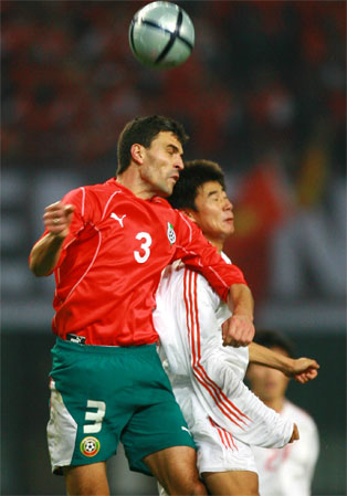 图文:国足战平保加利亚 比赛中双方争顶
