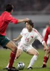 图文:男足友谊赛战平保加利亚 谢晖带球进攻