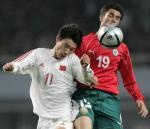 图文:男足友谊赛战平保加利亚 曹阳争顶