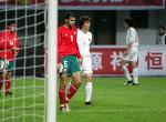 图文:男足友谊赛战平保加利亚 李玮峰在比赛中