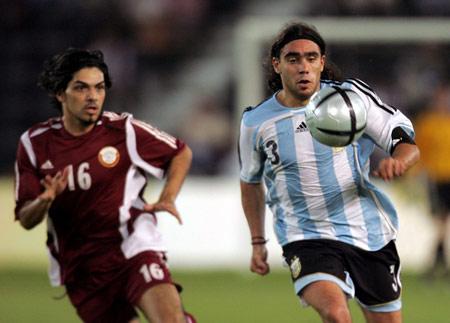 图文:阿根廷三球击败卡塔尔 索林带球突破