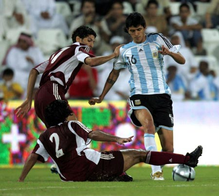 图文:阿根廷3-0卡塔尔 双方球员奋力拼抢