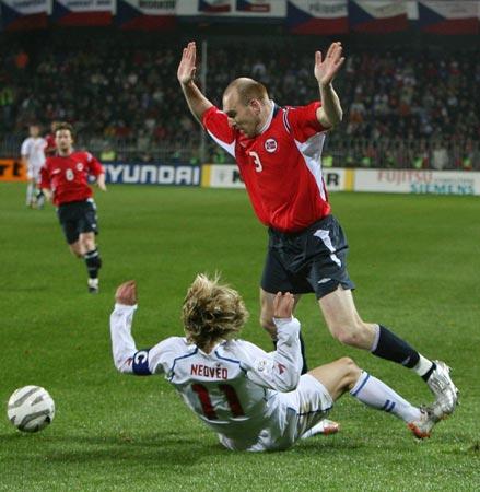 图文:世界杯预选赛捷克出线 内德维德摔倒在地