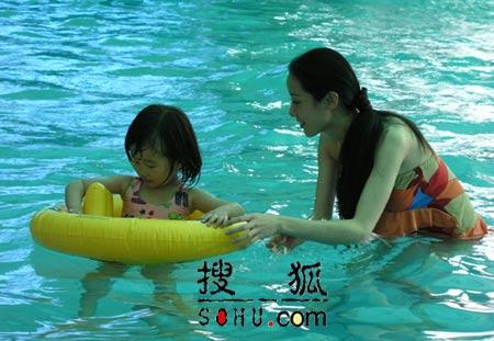 精彩剧照:林洁与女儿开心地戏水