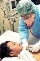 医生在为疑似患者进行治疗