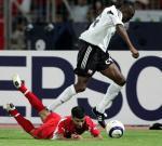 图文:特立尼达首进世界杯 巴林队球员遭犯规