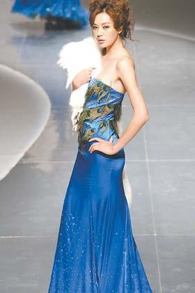 蓝衣服模特