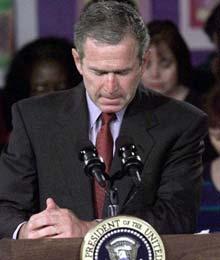 布什得知世界贸易中心被撞后默哀