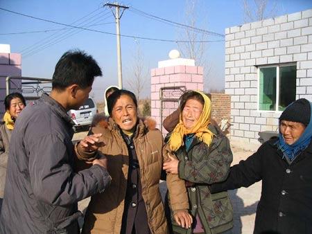 老汉被砍两小时致死 妻子跪地求助百名村民围观