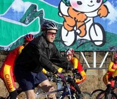 布什在北京奥运会自行车比赛场地展车技