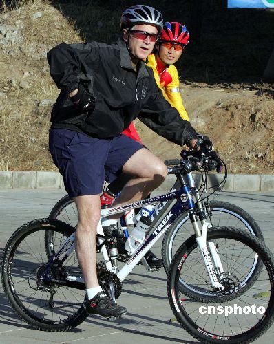图:布什总统在北京骑山地车