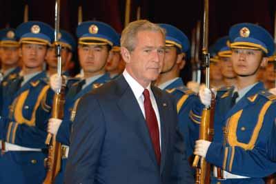 图文:布什总统检阅中国人民解放军三军仪仗队