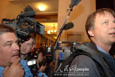 图文:众多的美国记者使采访现场有点紧张