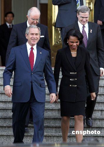 图:美国总统布什兴高采烈走出人民大会堂