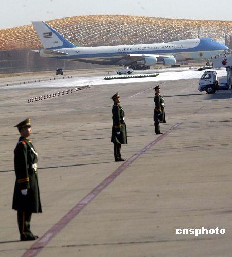 """图:布什总统乘坐的""""空军一号""""专机飞离北京"""